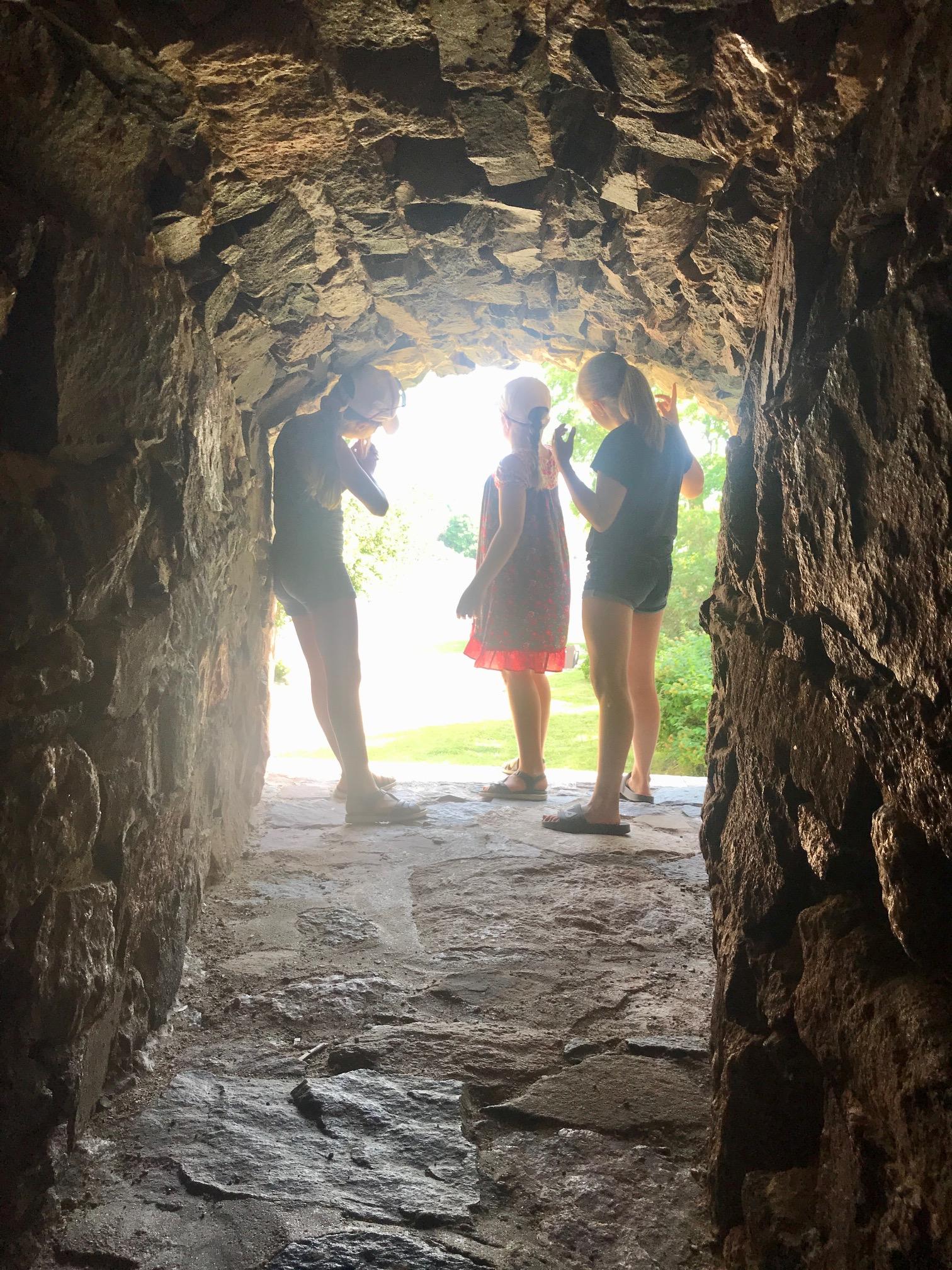 Koulukiusaamista ja kouluväkivaltaa kokeneille olisi tärkeää saada näkyviin vihdoin valoa tunnelin päähän!
