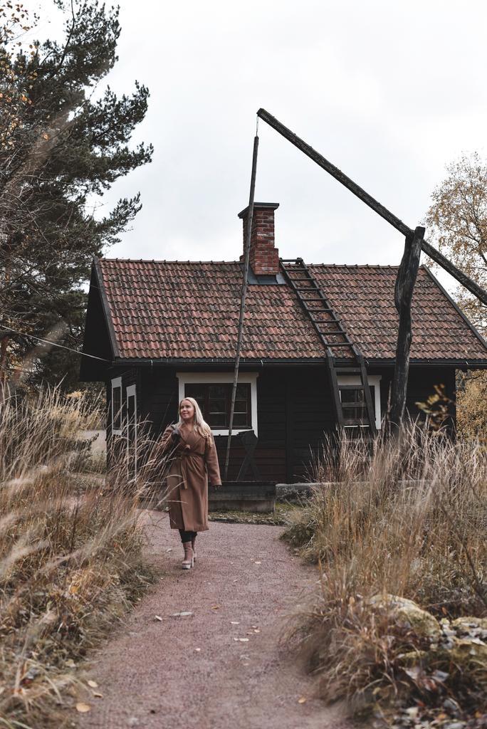Taustalla Ainolan saunarakennus.