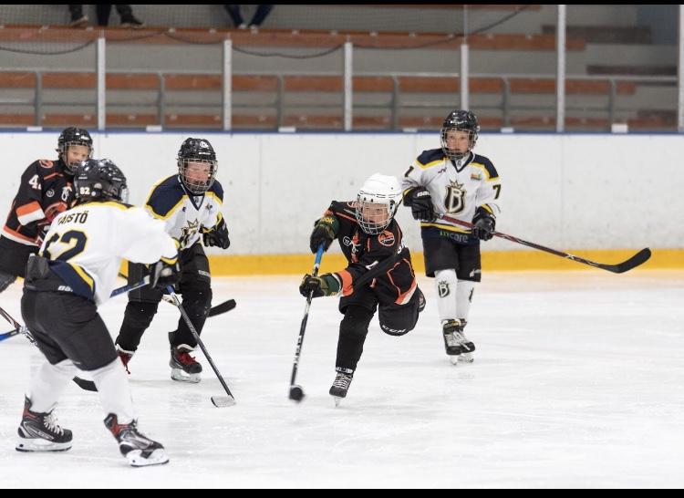 Keskimmäinen harrastaa Haukoissa jääkiekkoa.