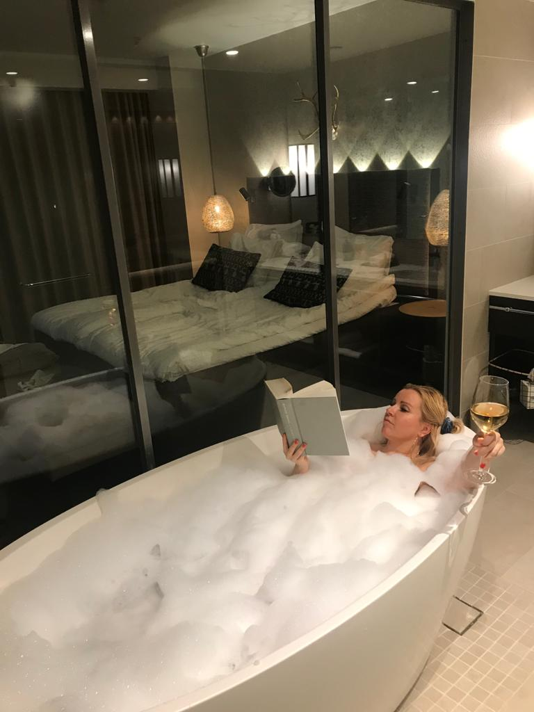Lupaus vuodelle 2021 voisi näyttää myös tältä. Joululomalla vietin yön hotellissa, opettelin juomaan viiniä ja luin Obaman elämäkerran.
